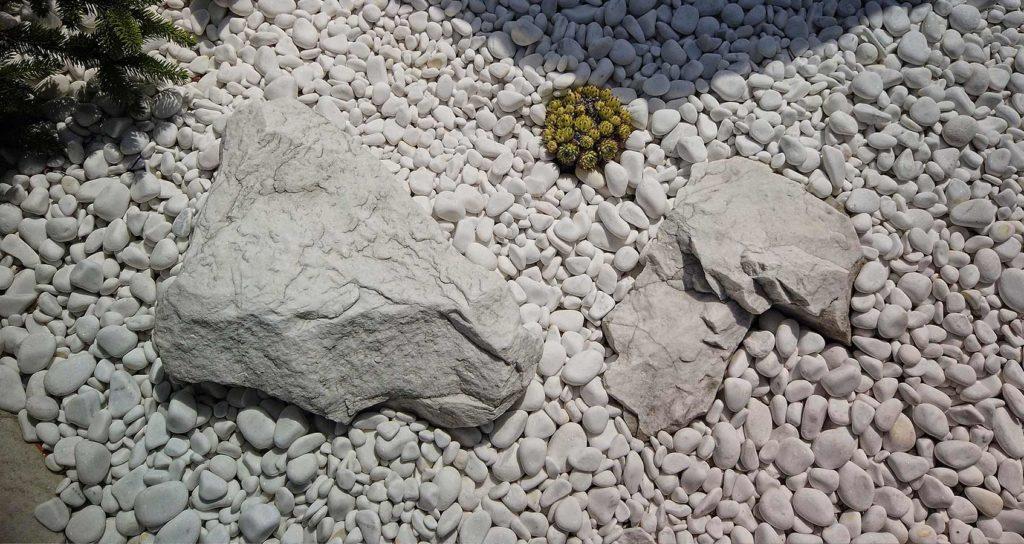 bílé kamínky